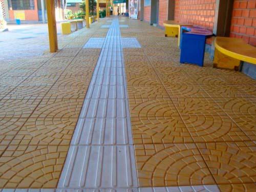 Pisos táteis de concreto